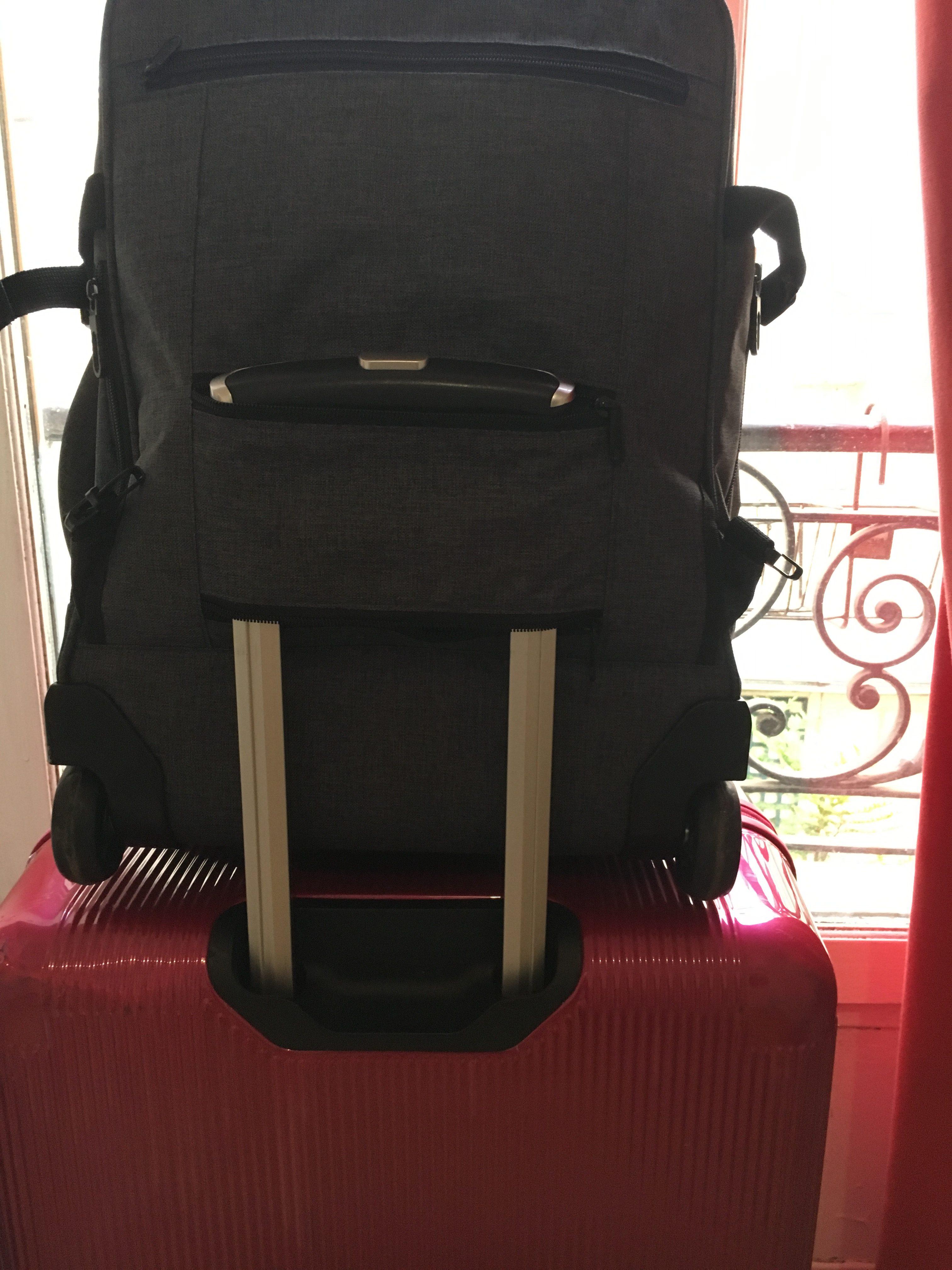 移動中はスーツケースの上にのせて持ち運べるけどキャリーもついてる機内持ち込みバッグ!